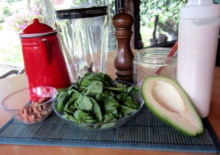 ingredienti per preparare la crema crudista di avocado e spinaci con salsa di sesamo