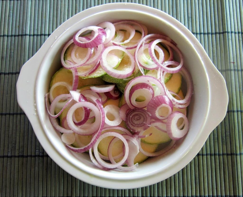 Affetta le zucchine e coprile con gli anelli di cipolla...