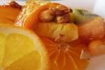 Servi tiepido decorato con una fetta di arancia...