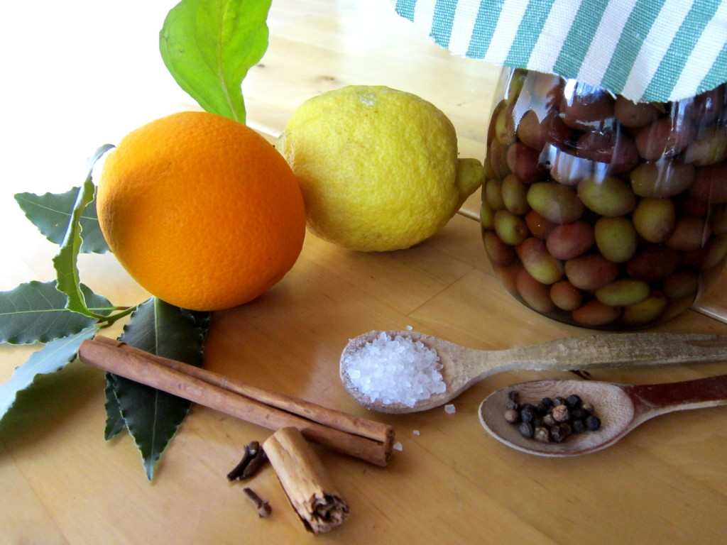 Le olive in salamoia sono squisite, decorative e mettono allegria in cucina.