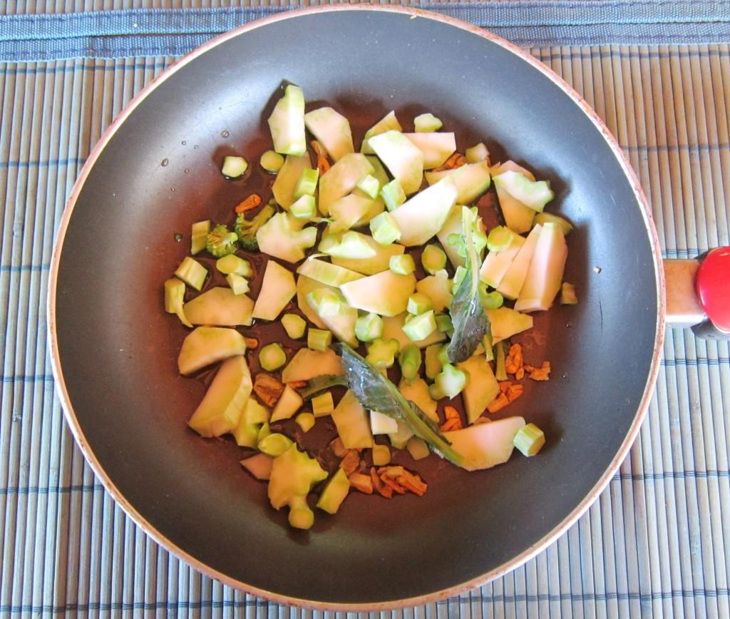 Come si usava una volta nelle campagne, nulla deve esere buttato via, e anche  il 'torsolo' del broccolo si sbuccia accuratamente, si taglia a pezzetti e si cuoce, in  padella con uno spicchio di aglio a fettine