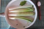 ...Metti i porri a cuocere in acqua salata aromatizzata con alloro e grani di pepe...