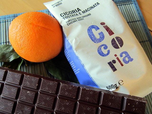 Occorre cicoria pronta per la moka, una stecca di cioccolato fondente e un'arancia.