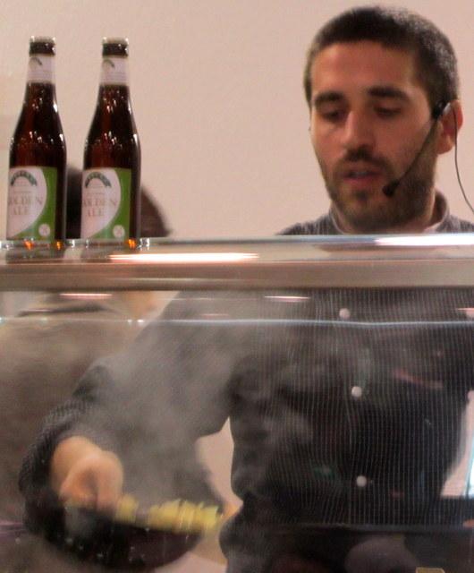 Marco Scaglione durante il suo cooking show.