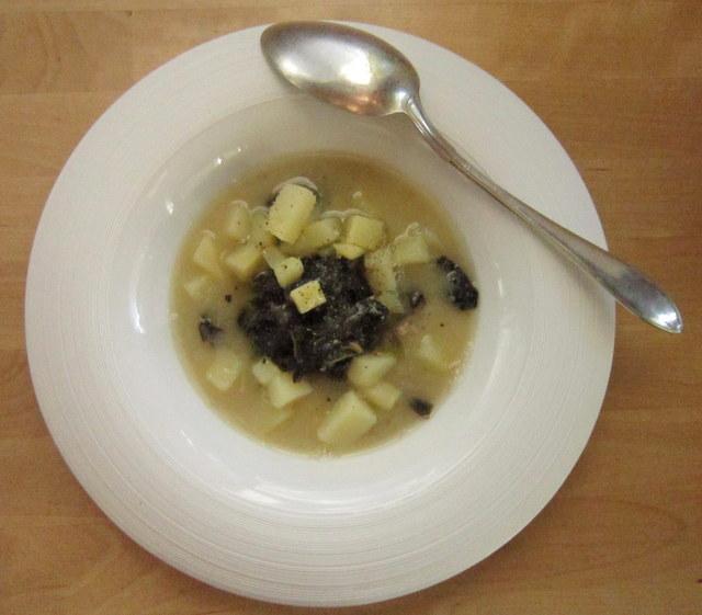 Minestra di cavolo nero e patate in brodo di fave